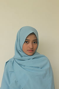 woman wearing teal hijab