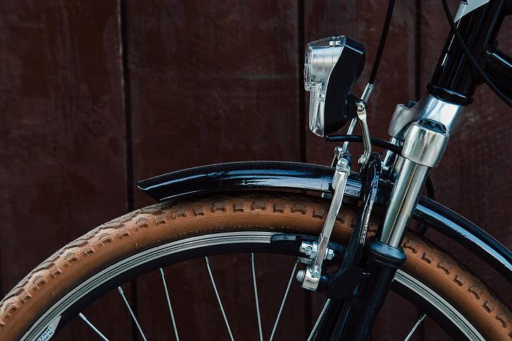 Bicicleta con luz frontal