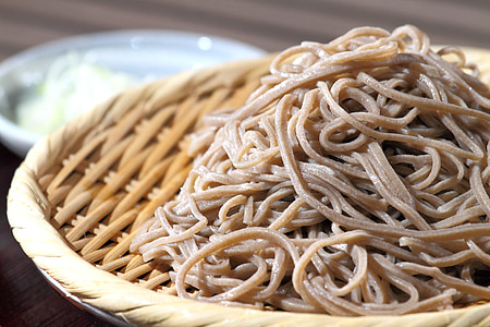 closeup photography of noodles on wicker plate