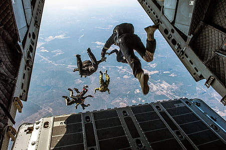 people skydiving during daytime