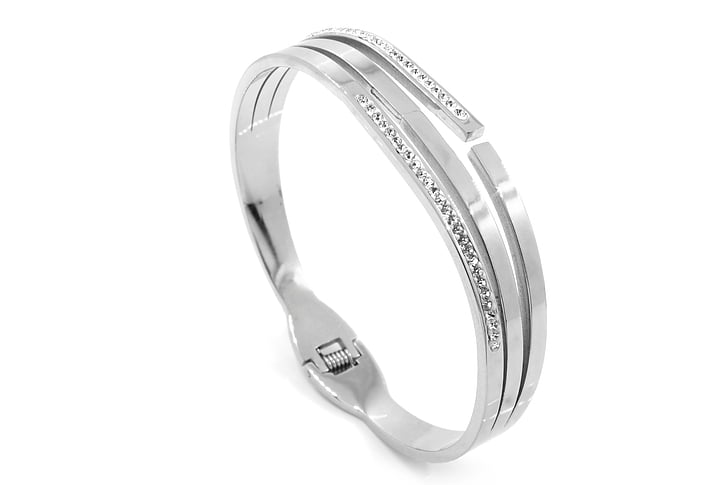 silver-colored band ring