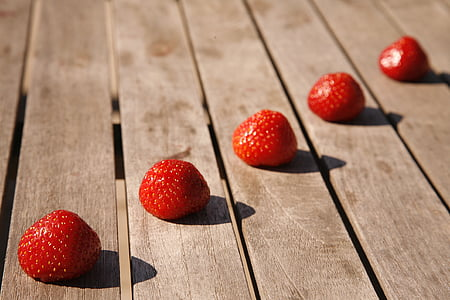 shallow focus photography of strawberries