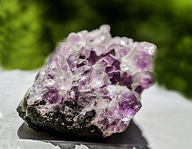 closeup photography of purple geode stone