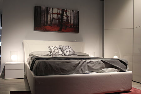 photography of empty bed in bedroom