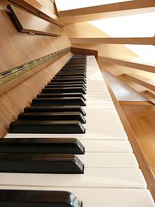 brown upright piano closeup photography