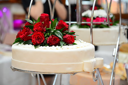 food photography of white fondant-covered cake with red rose flowers