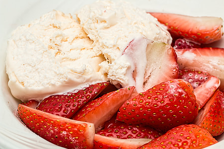 vanilla ice cream with strawberry