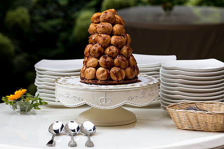 bread on cake stand