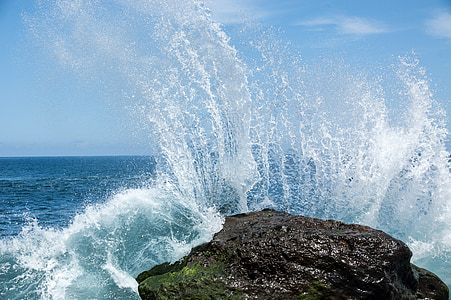 ocean wave hit rock