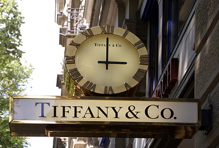 Tiffany & Co. analog street clock at 3:00