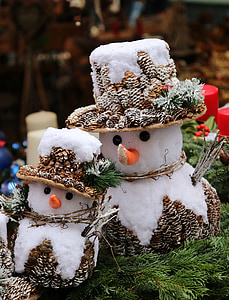 photo of two snowman figurine