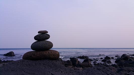 gray gravity glue stone during daytime