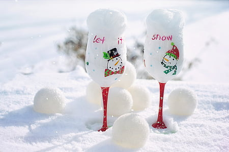 two clear wine glass with snows