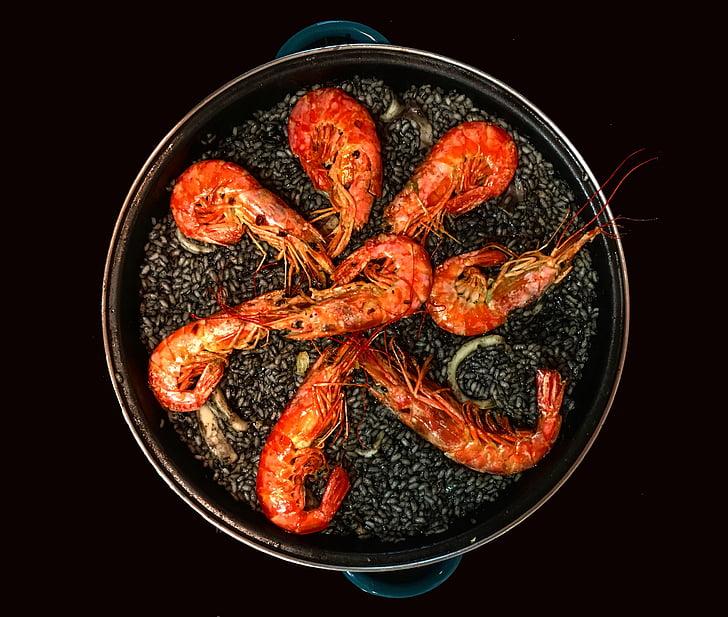 shrimps on black pot