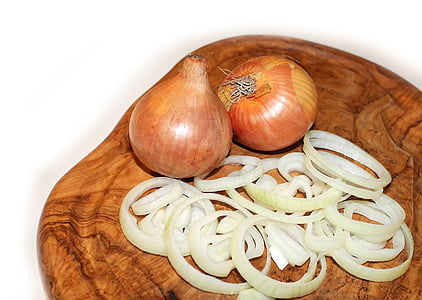 close-up photo of white onion bulbs on chopping boar