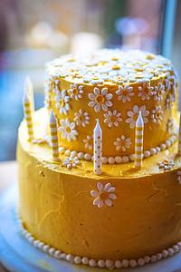 round yellow-and-white icing-covered cake