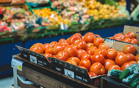 shallow focus photography of red tomatoes in the market