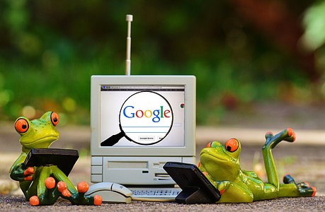 frogs using electronic devices figurines