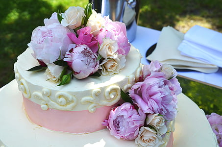 white and pink flowers on cake