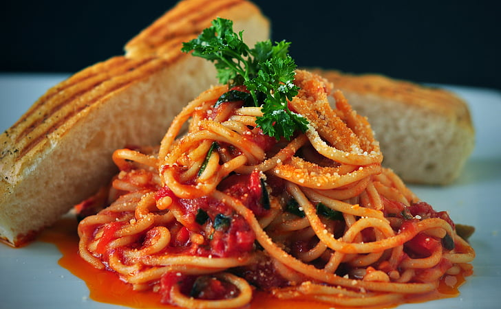 spaghetti with sauce and baked bread