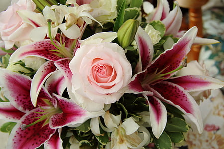 closeup photography of white-and-pink rose flowers and pink stargazer lilies bouquet
