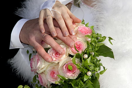 pink-and-white rose bouquet
