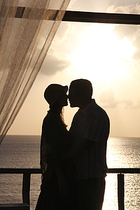 silhouette photography of man and woman kissing