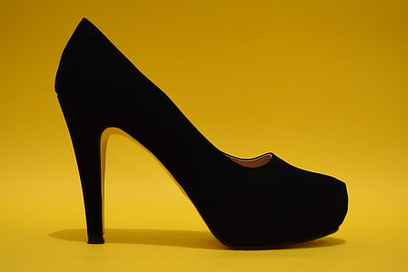 unpaired black almond-toe pump