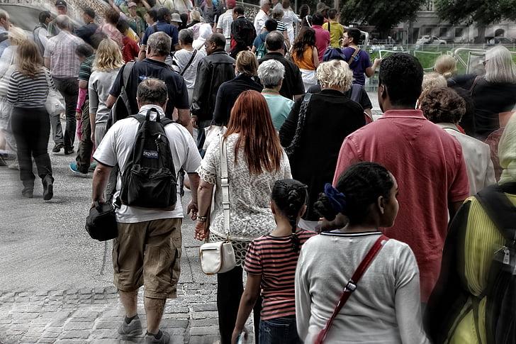 Amizade falsa: a foto contém várias pessoas caminhando numa rua movimentada.