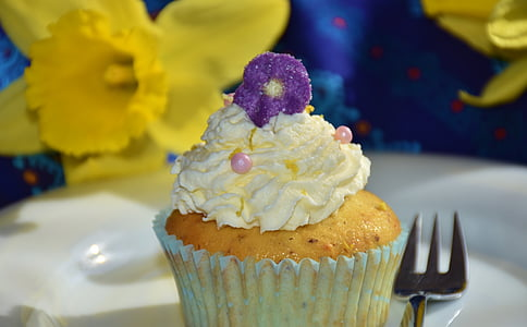 cupcake and gray stainless steel fork