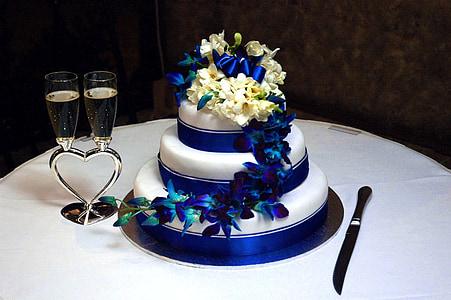 round white 3-layer fondant cake on white table