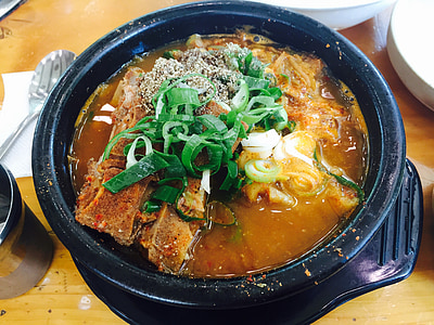 stir noddles with meat bowl