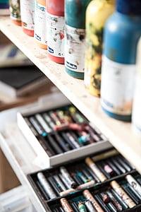closeup photography of crayons