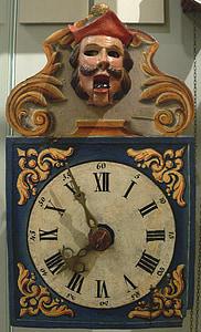 analog clock at 7:55