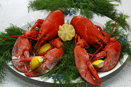 cooked lobsters with sliced limes