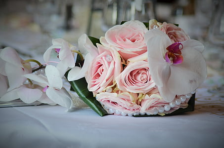 vignette photography of pink rose bouquet
