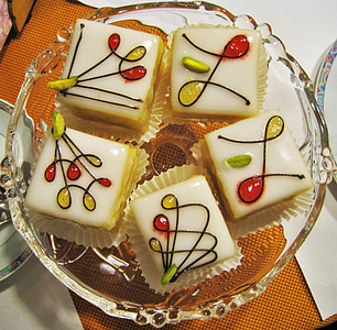 five sliced cupcakes on glass plate