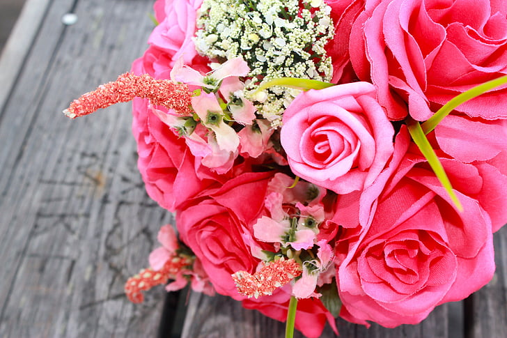 Royalty-Free photo: Close-up photo of pink rose flowers bouquet ...