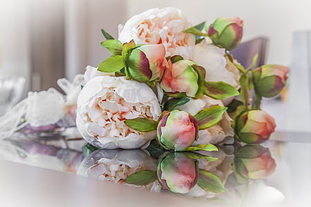 photo of pink and white bouquet