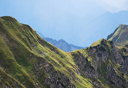 green mountain range duringd aytime
