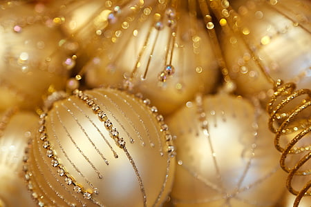 shallow focus photography of gold-colored bauble