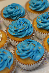 shift-tilt photography of cupcakes with blue icings