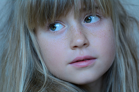closeup photo of girl's face