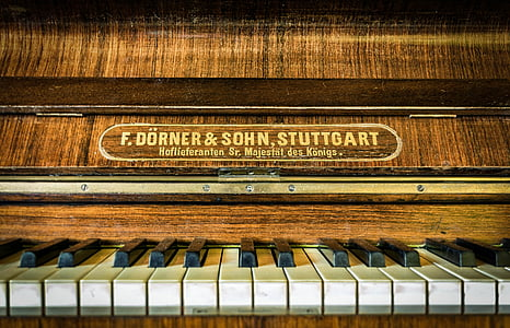 macro photography of brown wooden upright piano